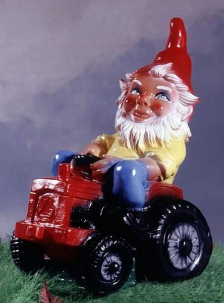 Gartenzwerg auf Traktor